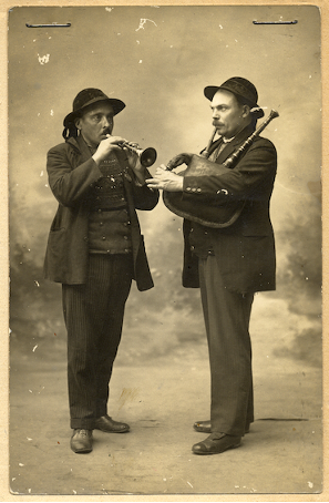 Louis Guegen et Jean Douirin,sonneurs de Plozévet (carte postale, Mucem)